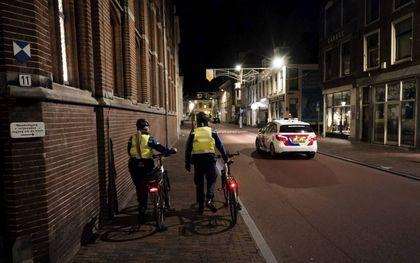 """""""De moderne mens wil koste wat kost heer een meester zijn over alles en accepteert geen grenzen meer."""" Foto: handhavers en politie in het centrum van Utrecht. beeld ANP, Jeroen Jumelet"""
