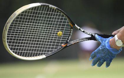 Het slaan met een racket bezorgde mijn broer pijn.beeld EPA