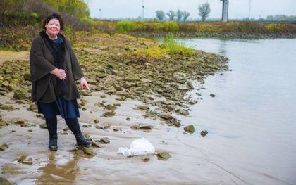 Hanneke Siebelink maakt kleding van plastic uit de IJssel. beeld Hanneke Siebelink