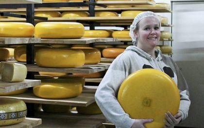 Kirsten de Jongh is opgegroeid in een rijtjeshuis maar runt nu een kaasboerderij die de ene na de andere prijs wint.beeld Theo Haerkens