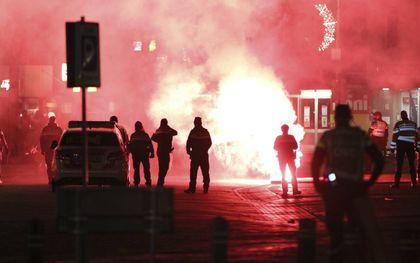 Op Urk kwam het zaterdagavond bij het ingaan van de avondklok tot forse ongeregeldheden. Zo werd de GGD-testlocatie op het haventerrein in brand gestoken.beeld ANP, ProNews Producties