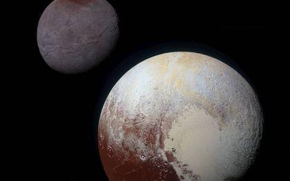 New Horizons nam scherpe beelden van dwergplaneet Pluto met maan Charon. beeld NASA