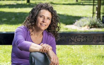 Wandelpsycholoog Nili de Graaf struint bij voorkeur met haar cliënten door de natuur. beeld Claudia Kamergorodski