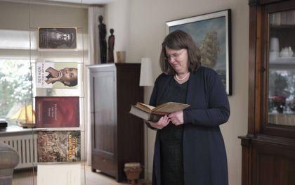 """Cora Clements leest graag grote werken, zoals de """"Institutie"""" van Johannes Calvijn. beeld Sjaak Verboom"""