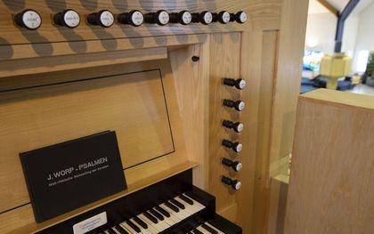 Generaties organisten groeiden op met het koraalboek van Johannes Worp. Conservatoriumstudent Marien van de Weg gebruikt de bundel voor leerlingen als zij aan pedaalspel toe zijn. beeld RD, Anton Dommerholt
