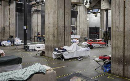 De tijdelijke nachtopvang voor daklozen in de Maassilo in Rotterdam.beeld Marien Bergsma