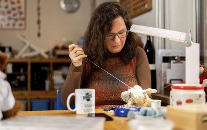 Rolieneke Arts-Meindersma werkt als Bob de berendokter en herstelt knuffels. beeld Kitty van Gijzen