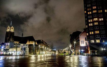 """""""Het intense verlangen in de samenleving om naar het oude normaal terug te keren, laat zien dat corona op zichzelf geen bekering brengt. Dat kan alleen Jezus, Gods laatste Woord. Beslissend is daarom niet of mensen de tekenen hebben geduid, maar of ze het Evangelie hebben geloofd."""" Foto: leeg Rotterdams centrum na het ingaan van de avondklok. beeld ANP, Robin Utrecht"""