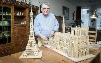 De 71-jarige Rotterdammer Wim van Oevelen bouwde met 5500 luciferstokjes de kathedraal Notre-Dame in Parijs na.beeld Roel Dijkstra