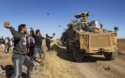 Turkse patrouille aan grens met Syrië.beeld AFP, Delil Souleiman