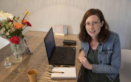 Hulpverlener Janike Blitterswijk videobelt vanwege de coronamaatregelen veel met haar cliënten.beeld RD, Anton Dommerholt