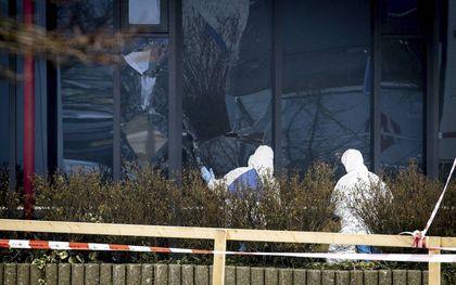 In Bovenkarspel was woensdagmorgen een explosie bij een coronateststraat. Technische recherche doet onderzoek. beeld AFP, Aris Oikonomou