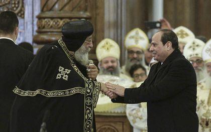 President Abdel Fattah al-Sisi (r.) spreekt de Koptische paus Tawadros II tijdens de inhuldiging van een kathedraal, 2019.beeld AFP, Mohamed el-Shahed