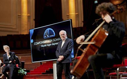 De hoogleraren Erik Scherder (l.) en Dick Swaab luisteren tijdens hun college in het Concertgebouw naar cellist Alexander Warenberg.beeld Milagro Elstak