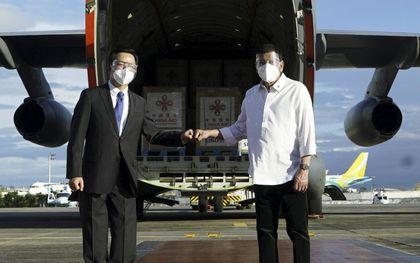 De president van de Filipijnen, Rodrigo Duterte (r.), verwelkomde met de Chinese ambassadeur Huang Xilian (l.) eind februari Chinese vaccins in het land. beeld EPA, King Rodriguez