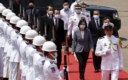 De Taiwanese president Tsai Ing-wen nam dinsdag een nieuw marineschip in gebruik.EPA, Ritchie B. Tongo