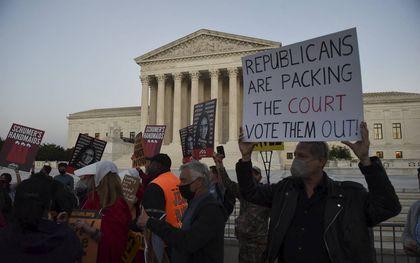 Protest voor het hooggerechtshof tegen de benoeming van de conservatieve opperrechter Amy Coney Barrett eind oktober. beeld AFP, Olivier Douliery