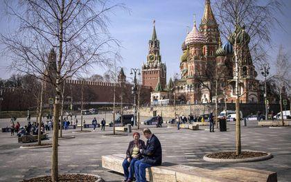 Mensen genoten dinsdag van een warme lentedag in Moskou. In Rusland zijn er nauwelijks meer beperkingen: theaters, cafés en restaurants zijn al maanden open. beeld AFP, Dimitar Dilkoff