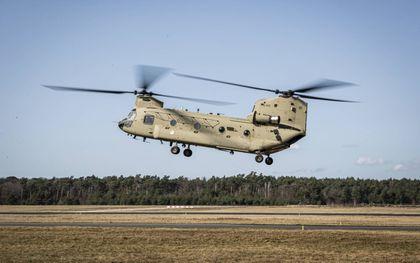 De luchtmacht krijgt een nieuwe vloot zware transporthelikopters. De eerste van twintig Chinooks treedt woensdag in dienst op Vliegbasis Gilze-Rijen. beeld Defensie, Mike de Graaf