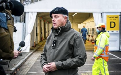 Commandant der Strijdkrachten Rob Bauer bezoekt de XL-teststraat in Eindhoven. Militairen van de basis in Oirschot assisteren hier bij de uitvoeren van coronatests.beeld ANP, Rob Engelaar