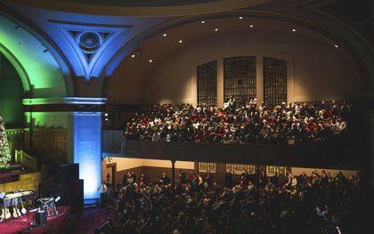 Wie godsdienstvrijheid steunt, bedrijft afgoderij en vertrouwt op mensen die ruimte bieden aan allerlei leugenleer, zegt de Amerikaanse theoloog John MacArthur. Foto: Een kerkdienst in de voormalige Mars Hill Church in Seatlle.beeld The Gospel Coalition