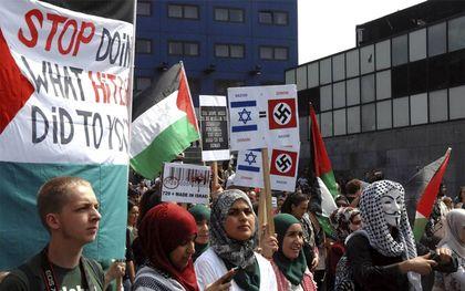 """Kandidaat-Kamerlid Bouchallikht (tweede van links) –later voor GroenLinks met voorkeurstemmen gekozen– raakte in opspraak door beelden van een anti-Israëldemonstratie. Ze noemde het nu """"ontzettend stom"""" dat ze niet direct was weggegaan. """"De vergelijking tussen Israël en Nazi Duitsland is walgelijk. Ik verafschuw antisemitisme, het gaat in tegen alles waar ik voor sta"""", twitterde Bouchallikht.beeld Jos van Leeuwen"""