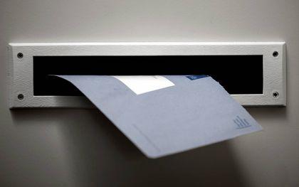 De welbekende blauwe envelop van de Belastingdienst. beeld ANP, Koen van Weel