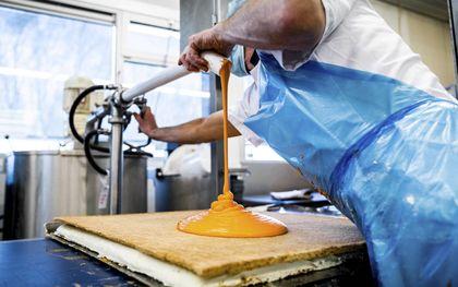 Oranje in Helmond. De Hema-bakkerij draaide in de aanloop naar Koningsdag een topproductie in het vervaardigen van tompoucen.beeld ANP, Rob Engelaar