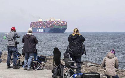 De HMM Algeciras meet 400 meter lang en is 61 meter breed, komt met veel bekijks in de haven van Rotterdam aan. Het duurzaam voortstuwen van zulke enorme zeeschepen is een uitdaging.beeld EPA, Pieter Stam de Jonge