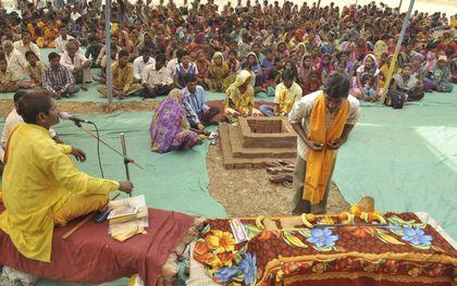 Een Indiaas stamlid neemt in Aranai Village, in de deelstaat Gujarat, deel aan een bekeringsritueel. De ceremonie uit 2014, waarbij ongeveer 200 christenen tot het hindoeïsme overgingen, zorgde voor veel ophef over de vrijwilligheid van zulke bekeringen.beeld Hollandse Hoogte / AFP