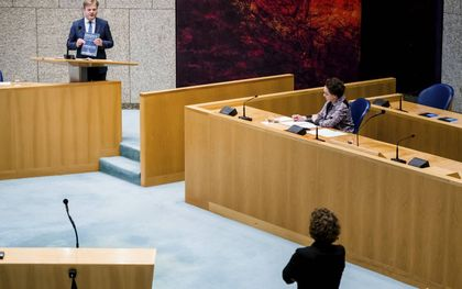 Pieter Omtzigt (CDA), Staatssecretaris Alexandra van Huffelen van Financën en Renske Leijten (SP) tijdens een debat over het stopzetten van de kinderopvangtoeslag, mei 2020. beeld ANP, Bart Maat