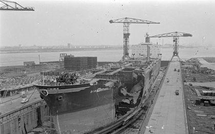 """Op de Verolme-werf in Rozenburg wordt in juni 1967 de tanker """"Diane"""" hersteld die in aanvaring was gekomen met een Duitse kustvaarder.beeld ANP, Dick Coersen"""