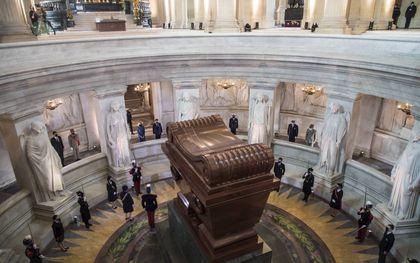 Macron, woensdag bij het graf van Napoleon.beeld EPA, Christophe Petit Tesson