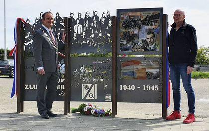 De onthulling van het paneel. Links burgemeester Bram van Hemmen van gemeente Hoeksche Waard, rechts kunstenaar Jaap Reedijk.beeld Conno Bochoven