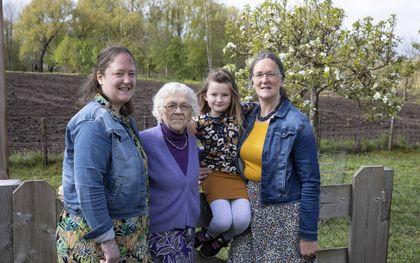 Vier generaties in Bennekom. V.l.n.r.: Willianne van Dodeweerd, Willy Torenvliet, Eline van Dodeweerd en Wietske van Eckeveld.beeld RD, Anton Dommerholt