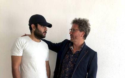 Theo Visser (r.) en de afgewezen Iraanse asielzoeker Sattar. beeld Theo Visser