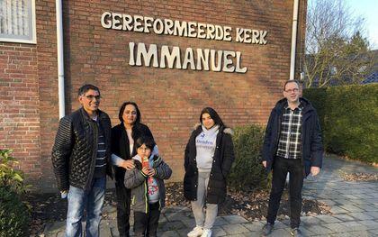 Ds. Marco Buitenhuis (r.) met enkele asielzoekers bij de gereformeerde kerk vrijgemaakt in Noordbergum. Hij doopte de afgelopen vijf jaar zestien Iraniërs en Afghanen.beeld RD