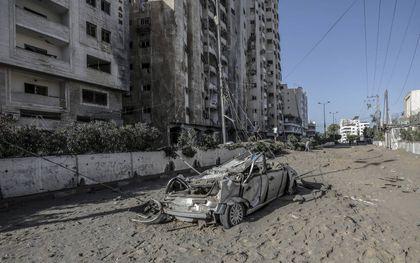 Een verwoeste auto na Israëlische luchtaanvallen op Palestijnse doelen in de Gazastrook.beeld EPA, Mohammed Saber