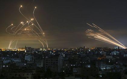 Vanuit de Gazastrook afgevuurde raketten richting Israël, vrijdag. Israël reageert met bombardementen op Gaza.beeld AFP, Anas Baba