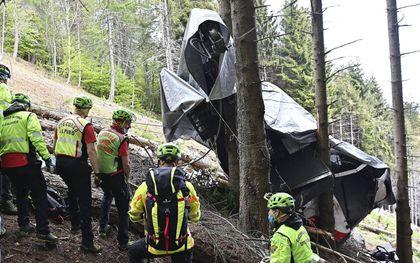 Een kabel knapte en een gondel van de populaire kabelbaan stortte 100 kilometer per uur naar beneden, rolde nog drie keer om zijn as, tot enkele bomen de val braken. beeld EPA, Alessandro di Marco