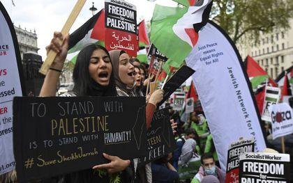 Protesten tegen Israël en voor de Palestijnen bepaalden in tal van westerse steden, waaronder Londen, het straatbeeld. beeld EPA, Andy Rain