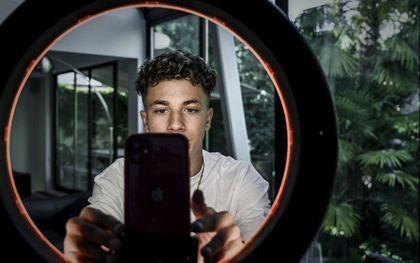 Een jongen maakt de camera gereed voor een selfie. beeld AFP, Philippe Lopez