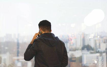 Een telefoontje plegen. beeld Unsplash