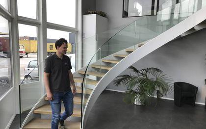 Jaap Weerheim op een zelfgemaakte trap bij Stalent BV in Bergambacht. beeld RD
