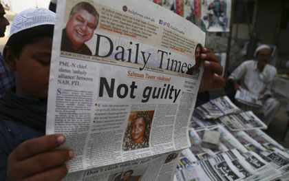 """""""Not guilty"""", niet schuldig. De vrijspraak van de Pakistaanse christin Asia Bibi in 2018 haalde de voorpagina's van de kranten. Het vonnis zorgde voor grootschalige protesten.beeld EPA, Shahzaib Akber"""