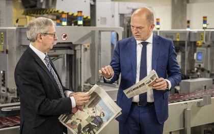 EMG-directeur Cornell Heutink (r.) bekijkt het vernieuwde RD op de dag dat de krant vijftig jaar bestaat, 1 april 2021. Links hoofdredacteur Steef de Bruijn.beeld RD, Henk Visscher