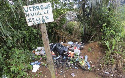 Surinamer schaamt zich niet voor afval.beeld Armand Snijders