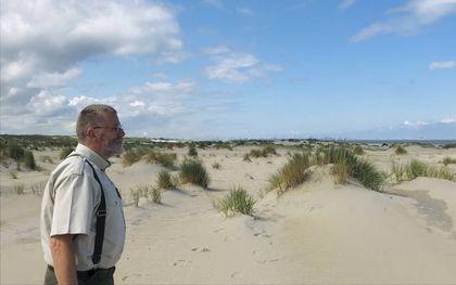 Boswachter Fred Spreen van Het Zuid-Hollands Landschap kijkt uit over de Zandmotor. Op de achergrond de Tweede Maasvlakte beeld RD
