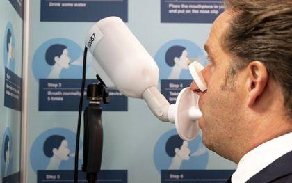 Demissionair minister Hugo de Jonge probeerde de SpiroNose-blaastest. beeld ANP, Evert Elzinga