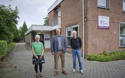 Het Lichtbaken is gevestigd in een voormalig kantoorpand, middenin Hoorn. Van links naar rechts: Gré Broos, evangelist Albert van Bragt en Eldert van Elk.beeld Sjaak Verboom